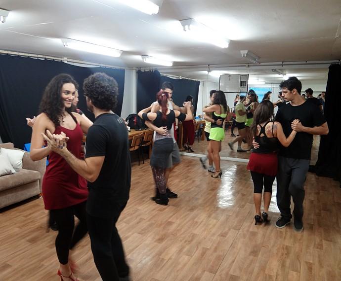 Atores ensaiam danças populares da década de 40 (Foto: Walter Dhein/Gshow)