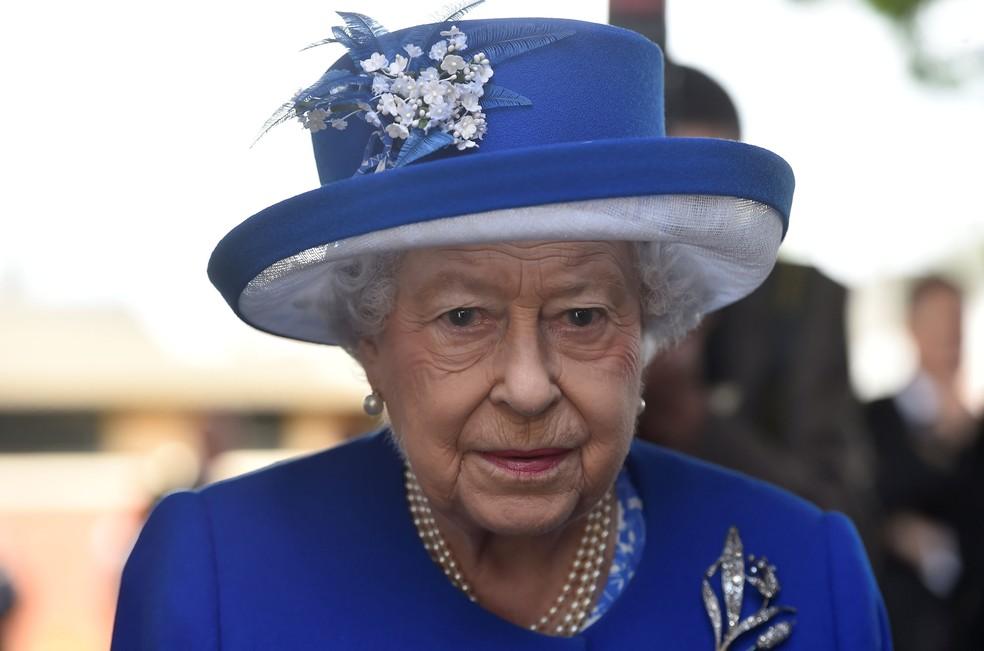Rainha Elizabeth II durante visita a prédio destruído pelo fogo em Londres (Foto: Hannah McKay/ Reuters)