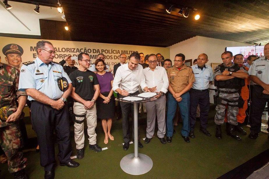 Governo sanciona lei que equipara salários de PMs e bombeiros do Ceará aos do Nordeste