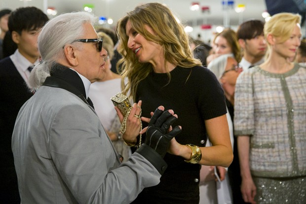 Karl Lagerfeld recebe Gisele Bündchen no desfile da Chanel, na Coreia do Sul (Foto: Reuters)