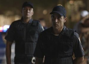 Policias abordam Júlia e Alex (Foto: TV Globo)