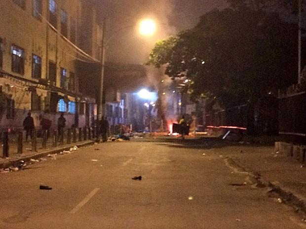 Moradores fecharam rua da delegacia em protesto (Foto: Lívia Torres / G1)