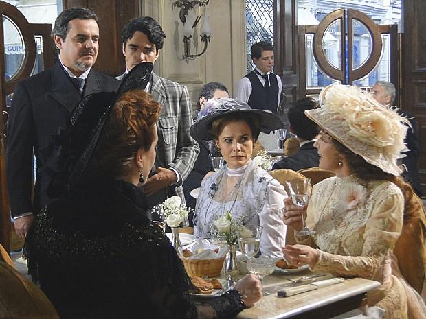 Margarida reclama de Bonifácio, e Constância fica desconfiada (Foto: Lado a Lado / TV Globo)