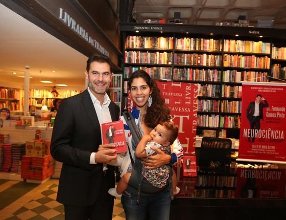 Bela Gil foi com o filho, Nino, prestigiar o doutor Fernando Gomes Pinto  (Foto: Divulgação)