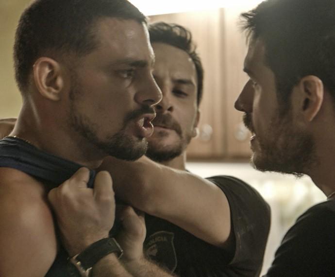 Juliano parte para cima de Dante e periga voltar à prisão (Foto: TV Globo)