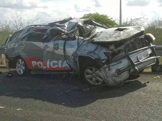 Veículo do ronda capotou, matou um policial e feriu outro (Foto: Nícolas Lima/Limoeiro Plantão Policial)