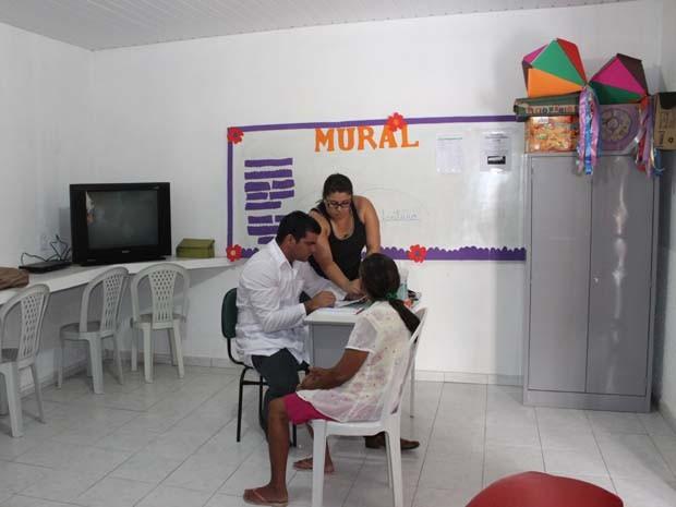 Atendimento em sala de aula na comunidade Olho D'água (Foto: Gilcilene Araújo/G1)