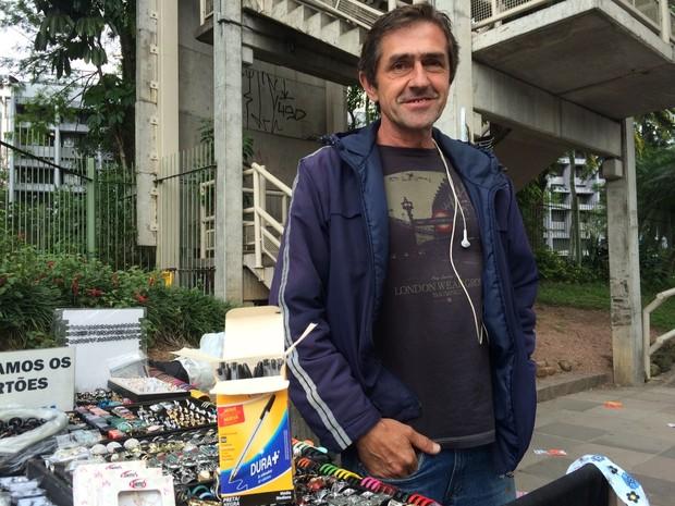 """Silvio Santana, 51 anos, vende bijuterias em frente ao campus central da PUC-RS na Avenida Ipiranga, em Porto Alegre, há 15 anos, de segunda a sexta-feira. Neste fim de semana, aproveitou o Enem para obter uma renda extra. """"Investi R$ 86,10 em três caixas (Foto: Bruno Moraes/G1 )"""