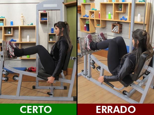 Nesse exercício, os pés devem estar retos e a coluna toda apoiada na cadeira; veja o certo e o errado (Foto: Mariana Palma/G1)