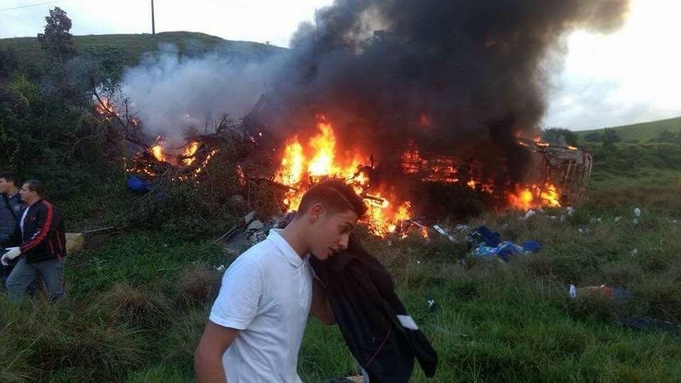 Resultado de imagem para Acidente envolvendo ônibus e carreta deixa pelo menos 15 mortos no ES
