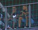 Ainda de férias, atacante Jô assiste à partida do Atlético-MG contra o Vitória