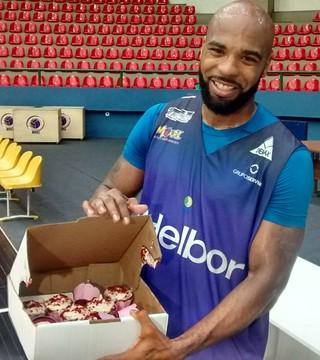 Larry Taylor cupcakes Mogi das Cruzes basquete (Foto: Cairo Oliveira)