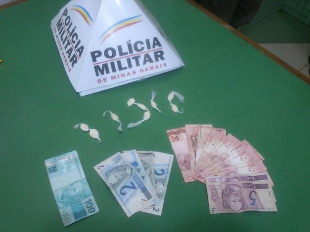 Droga e dinheiro estavam escondidos dentro do carro do rapaz (Foto: Divulgação/PM)