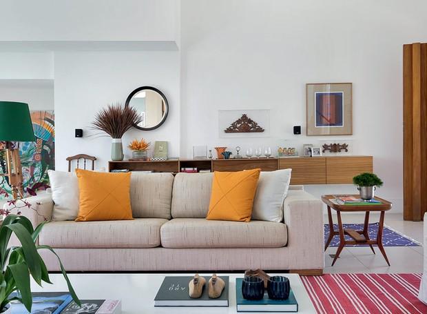 porta-de-entrada-madeira-vinhatico-portico-fachada-sofa-almofadas-mesa-lateral-abajur (Foto: MCA Estúdio/Divulgação)