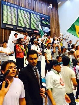 Plenário foi tomado por manifestantes (Foto: Sabrina Coelho / G1)