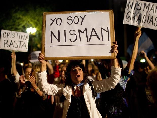 Manifestante com o cartaz Eu Sou Nisman durante protesto realizado na Praça de Maio, em Buenos Aires, na noite desta segunda-feira (19) (Foto: Rodrigo Abd/AP Photo)