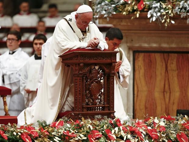 O Papa Francisco se ajoelha durante Missa de Natal na Basílica de São Pedro, no Vaticano, na quinta (24) (Foto: Reuters/Tony Gentile)