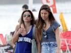 Jade Barbosa usa shortinho em dia de praia com amigos no Rio