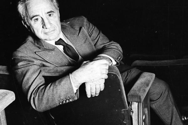 Elia Kazan ganhou um prêmio por sua carreira em 1999, mas muitos membros da academia se recusaram a aplaudir de pé um homem que delatou comunistas para o governo norte-americano durante a Guerra Fria (Foto: Getty Images)