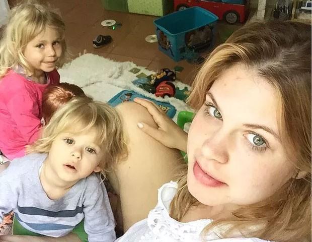 Carolinie com os filhos, Theo e Bruna Luz  (Foto: Arquivo pessoal/ Carolinie Figueiredo)