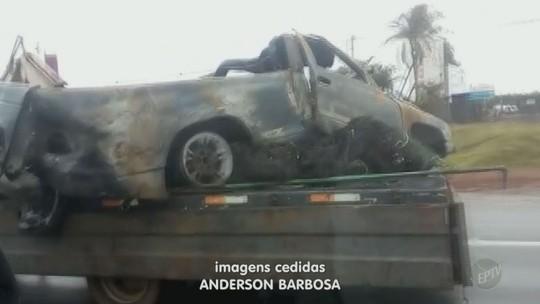 Vídeo mostra carro quase caindo de guincho em rodovia no interior de SP