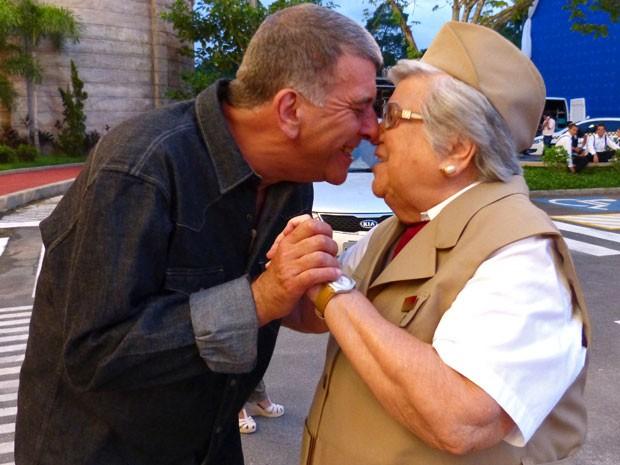 Jorge Fernando era só chamego com a mamãe (Foto: Guerra dos Sexos / TV Globo)