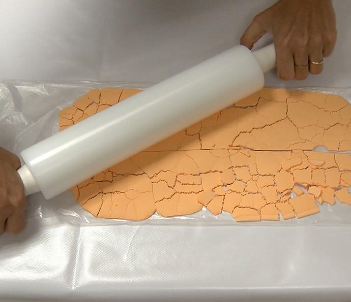 Tinta Holi: use um rolo de macarrão ou uma lata para triturar a tinta (Foto: Gshow)