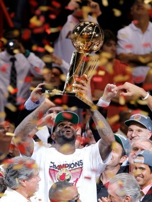 LeBron James levanta o troféu após o título do Miami Heat (Foto: Getty Images)