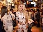 Yasmin Brunet deixa barriga à mostra em evento no Rio