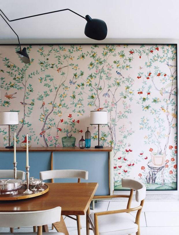 Décor do dia: sala de jantar destaca papel de parede florido (Foto: Reprodução)