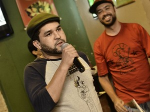 Ni Brisant, o escritor que criou o 'próprio dicionário' participa de saraus em Poços (Foto: Márcio Salata)