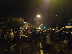 Mesmo sob chuva, manifestantes fazem protesto em Porto Alegre (Foto: Felipe Truda/G1)