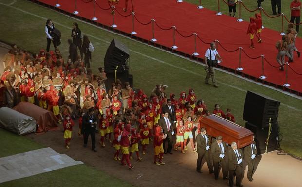 Caixão de Roberto Bolaños deixa estádio (Foto: Alfredo Estrella/AFP)