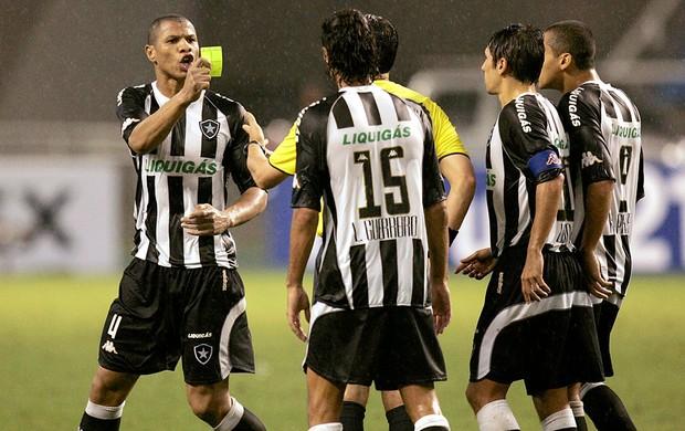 Andre Luis com cartão amarelo do juiz na partida Botafogo x Estudiantes 05/11/2008