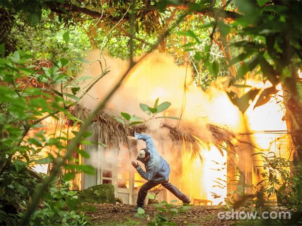Antônio explode a cabana e Hernandez vê tudo! (Foto: Globo / Alex Carvalho)