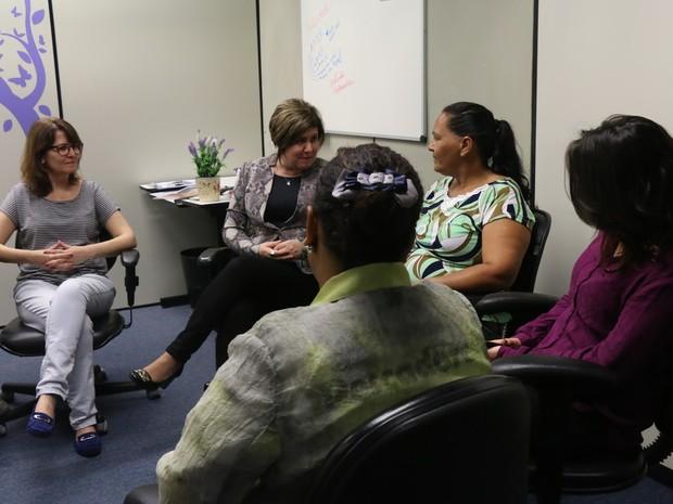 Juíza Madgéli conversa com mulheres durante encontro de acolhimento (Foto: Joyce Heurich/G1)