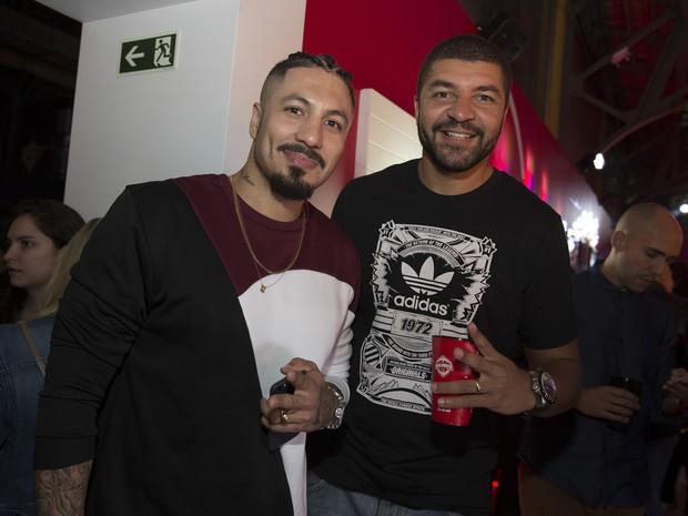 Ex-BBB Fernando e o jogador de basquete Olivinha em festa no Boulervard Olímpico, na Zona Portuária do Rio (Foto: Felipe Panfili/ Divulgação)