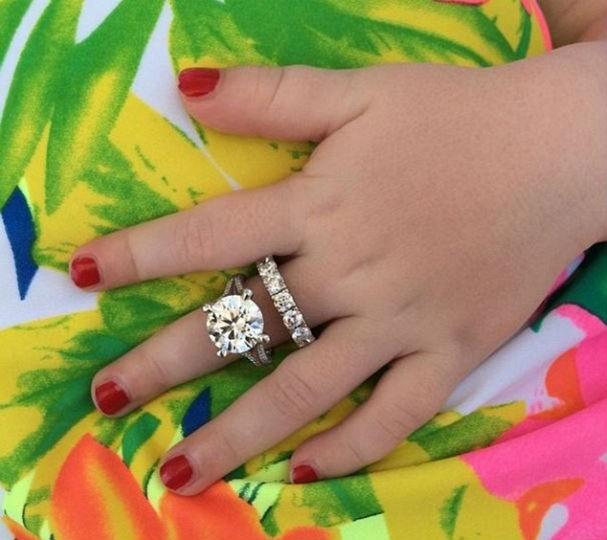Os aneis de diamantes das mães já atraem a atenção de Pixie (Foto: Reprodução/Instagram)