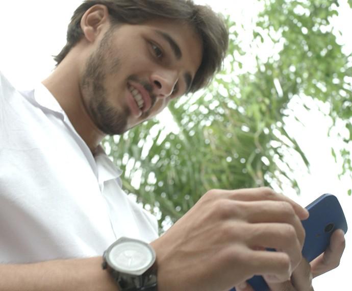 O boy magia fica visivelmente feliz com a mensagem de Nanda (Foto: TV Globo)