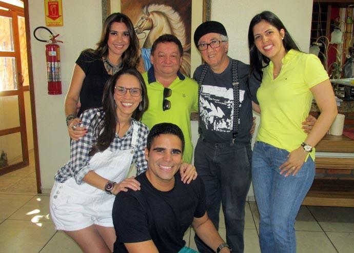 Médico Gilberto Albuquerque e maestro Aurélio Melo comemoram junto com a equipe do Programão (Foto: TV Clube)
