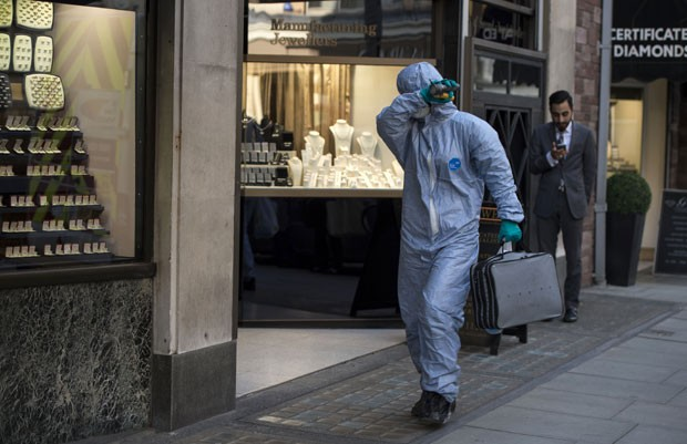 Especialista forense chega a empresa de segurança de onde joias foram roubadas no fim de semana em Londres nesta terça-feira (7) (Foto: Niklas Halle'n/AFP)