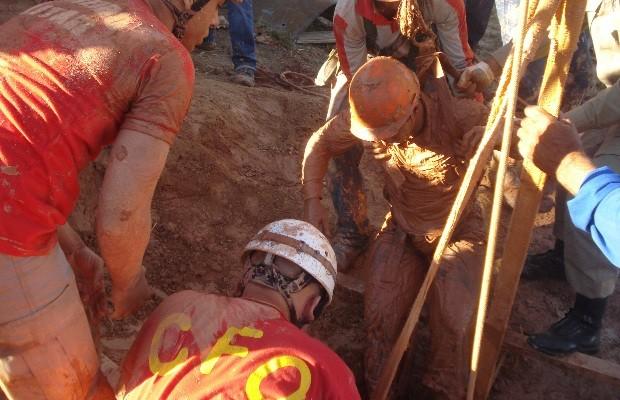 Bombeiros resgatam jovem soterrado em fosso, em Trindade, Goiás (Foto: Divulgação/Corpo de Bombeiros)