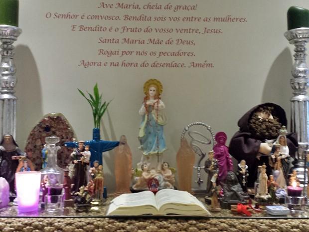 Esse é o altar onde a Alexandra reza sempre. Uma fofura! (Foto: Arquivo Pessoal)