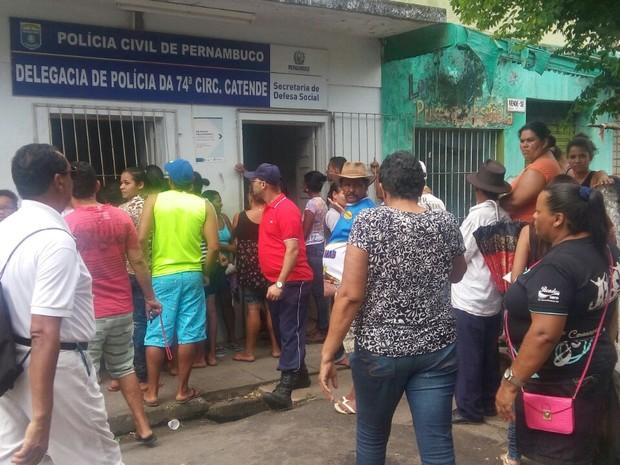 Pessoas se aglomeram na frente da Delegacia de Catende  (Foto: Divulgação/Polícia Militar)