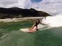 Dani Suzuki mostra boa forma em dia de surf