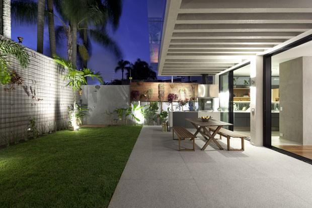 Reforma em casa dos anos 70 traz o jardim para dentro de casa (Foto: Maíra Acayaba/Divulgação)