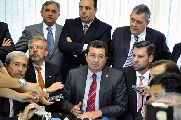 O presidente da CPI da Petrobras, senador Vital do Rêgo (centro), em reunião com líderes partidários e integrantes da comissão parlamentar (Foto: Geraldo Magela/Agência Senado)