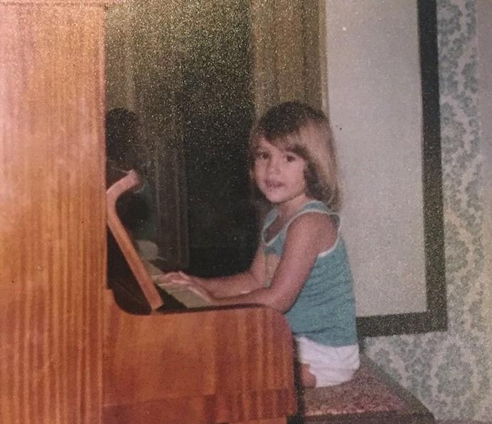 Flávia Alessandra tocando piano na infância (Foto: Arquivo Pessoal)