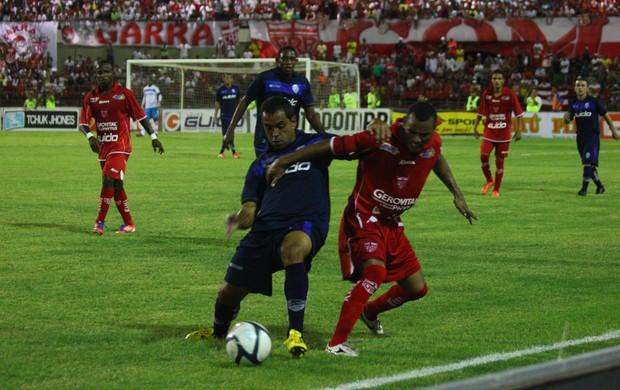Volante Rodolfo, do CSA, divide a bola com o lateral Paulo Sérgio, do CRB (Foto: Jonathan Lins / G1)