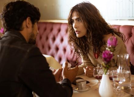 Rimena pede explicação a Renato ao encontrar foto de Alice